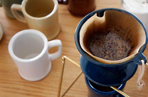 ヴィンテージの雰囲気漂う、おしゃれな陶器製のコーヒードリッパー