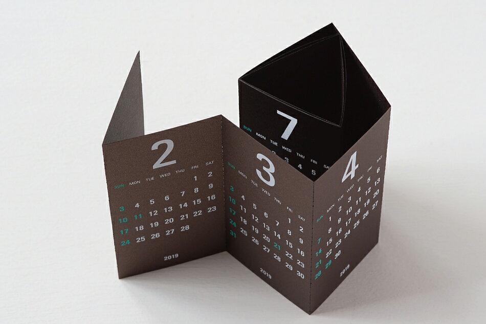 ちょっとした隙間に収まる、おしゃれでコンパクトな三面カレンダー2019年版