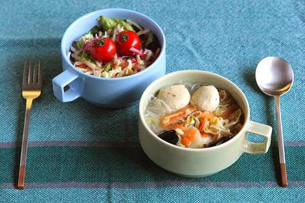 こちらのスープマグは、カフェオレやスープなどをたっぷり飲みたいときに活躍してくれる大きめのサイズ。さらにボウルや深皿の変わりとして、サラダや汁気のある  ...