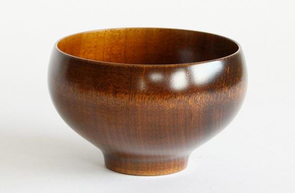 計算された形、美しい木目のおしゃれな木のお椀