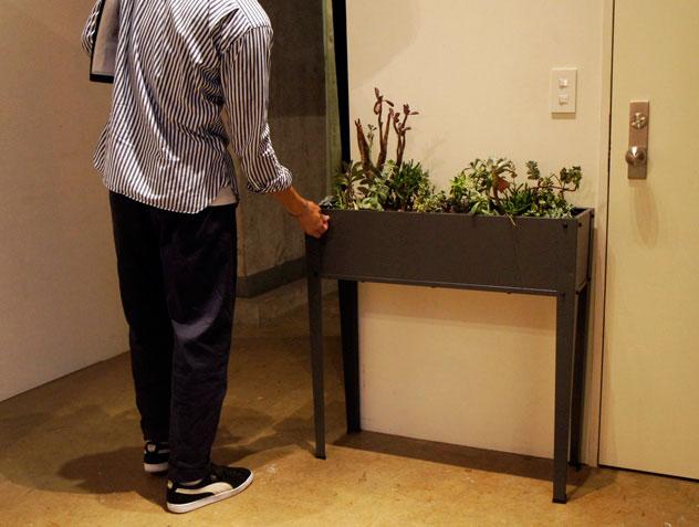 植物をおしゃれに演出する、スチール製で高さのあるプランター