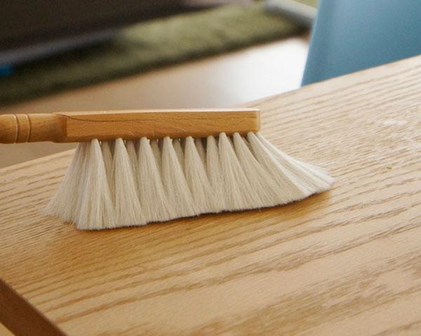 傷が心配な家具やオブジェを掃除できる、おしゃれな柔らかハンドブラシ