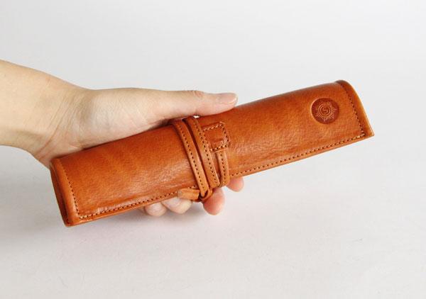 ハンドメイドによる美しい仕上がりの、おしゃれな革製ロールペンケース