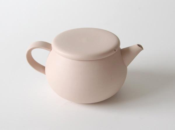 白い土から生まれた、パステルカラーのおしゃれな陶器のティーポット