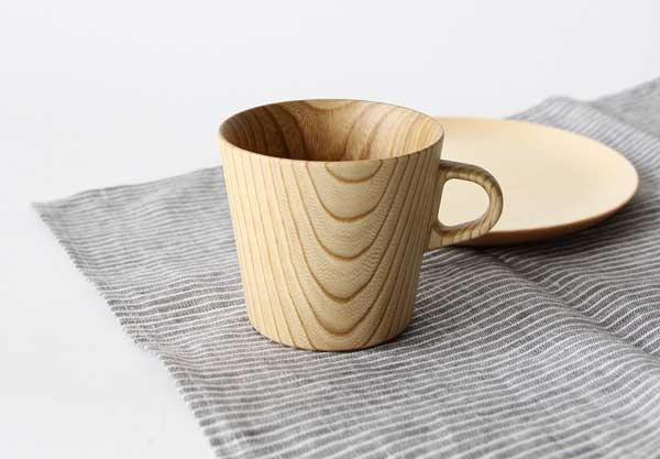 口当たりが滑らかな、おしゃれな木製のマグカップ