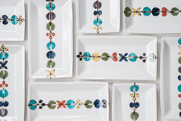 色鮮やかな花や蝶の模様が特徴の、おしゃれな九谷焼の食器