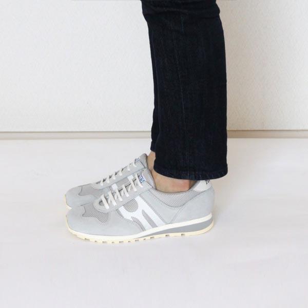 パンツにもスカートにも合わせやすい、おしゃれなグレーのレザースニーカー