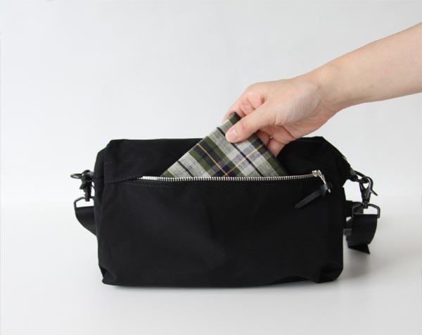 シンプルを極めた、おしゃれなコンパクトサイズのショルダーバッグ