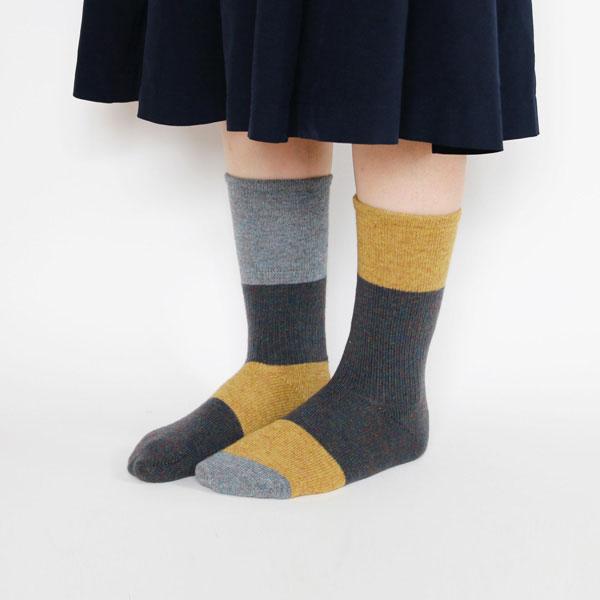 左右違うデザインの、おしゃれなレディース靴下