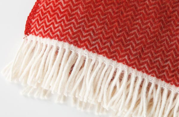 ウールが温かい、赤色と北欧の柄をあしらったおしゃれなストール