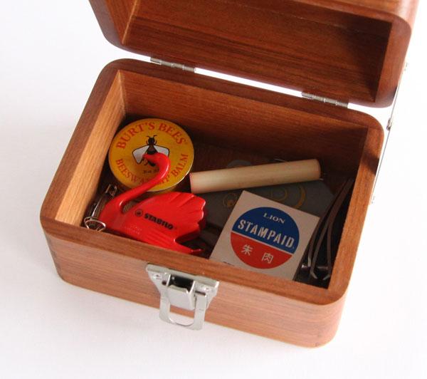 レトロな留め金が可愛らしい、おしゃれな小さい収納箱