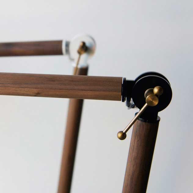 木製ネックがおしゃれな、シンプルデザインのデスクライト