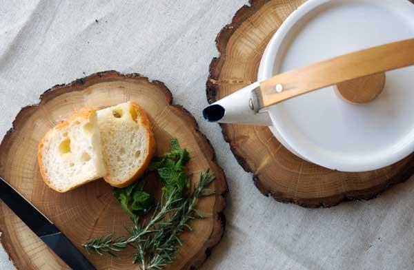 自然の風合いを活かした、おしゃれな丸太のプレートとコースター
