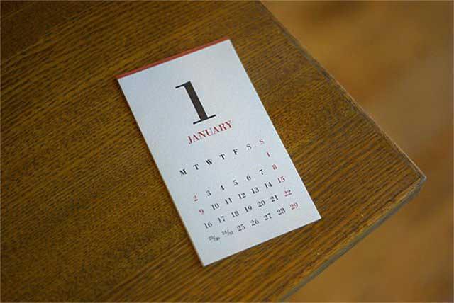 木と真鍮の組合せがおしゃれな卓上カレンダー