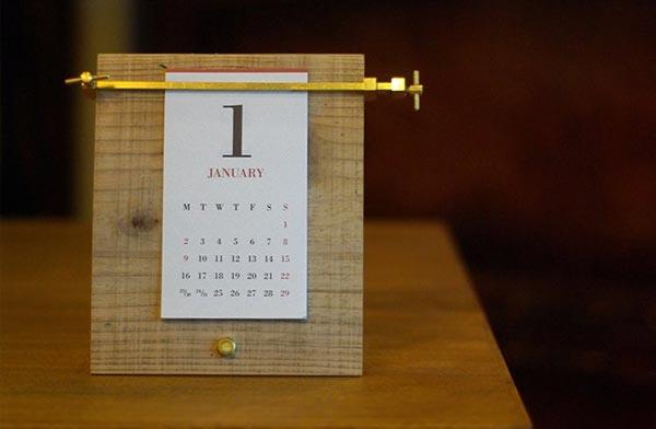 木と真鍮の組合せがおしゃれな卓上カレンダー2019年版
