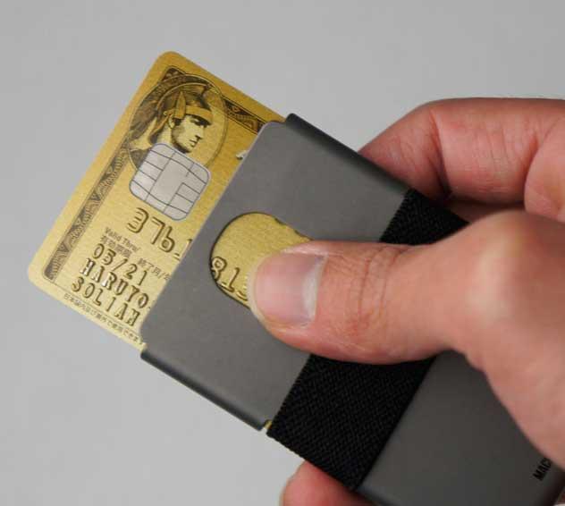 軽量で衝撃にも強い、おしゃれなチタニウム製カードウォレット