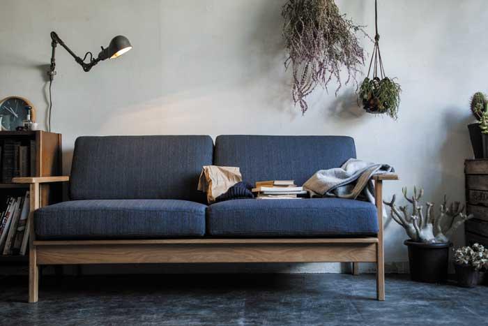 おしゃれな木製フレームの2人掛けソファ