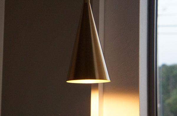 直線的でシンプルなデザインの、おしゃれなペンダントライト
