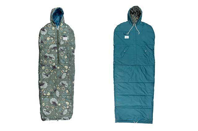 キャンプや野外フェスで大活躍する、おしゃれな歩ける寝袋