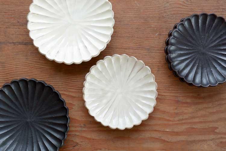 手彫りで仕上げられた、おしゃれな信楽焼の輪花皿