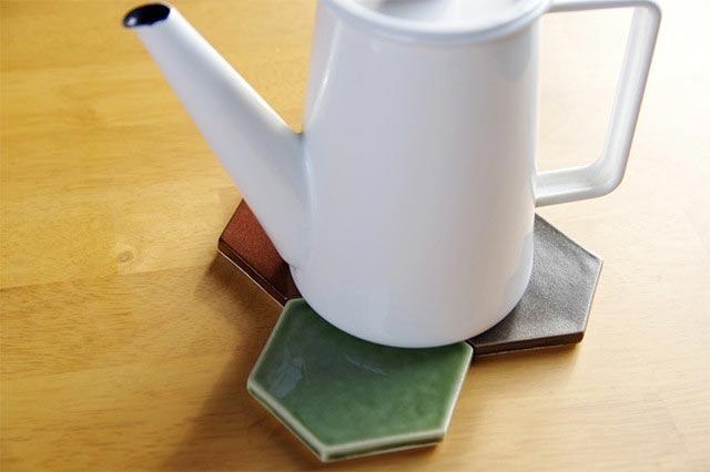 アイデア次第で色々な使い方ができる、おしゃれな六角形の磁器コースター