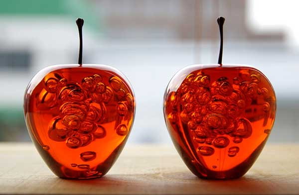 気泡が美しい、おしゃれなリンゴのペーパーウェイト