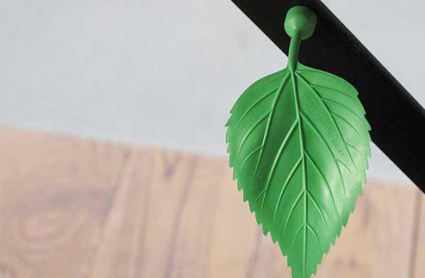 無機質な冷蔵庫やスチールラックを彩る、おしゃれな葉っぱのマグネット
