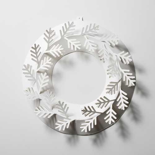 真っ白な紙製の、おしゃれなクリスマスリース