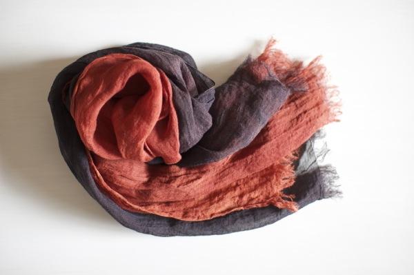赤と黒の組合せが美しい、おしゃれな草木染めのストール