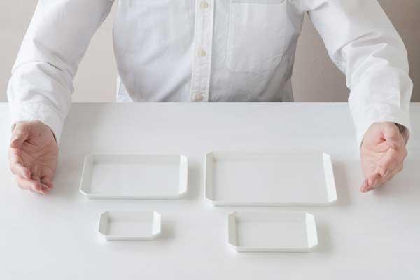 紙のように薄く直線的なデザインの、四角いお皿