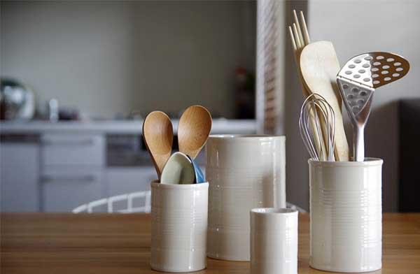 シンプルな円筒形デザインの、おしゃれな白磁の箸立て
