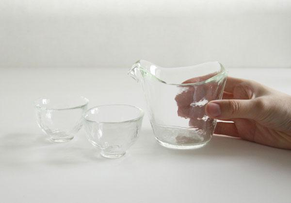美しく耐久性が高い、ガラスの片口とおちょこのセット