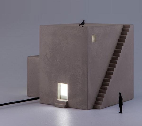 コンクリートで作られた、おしゃれな家の形をしたランプ
