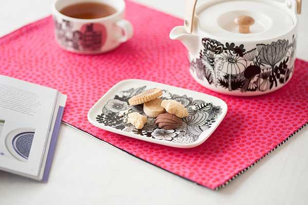 食卓をそっと彩る、おしゃれなモノトーンのマリメッコの食器
