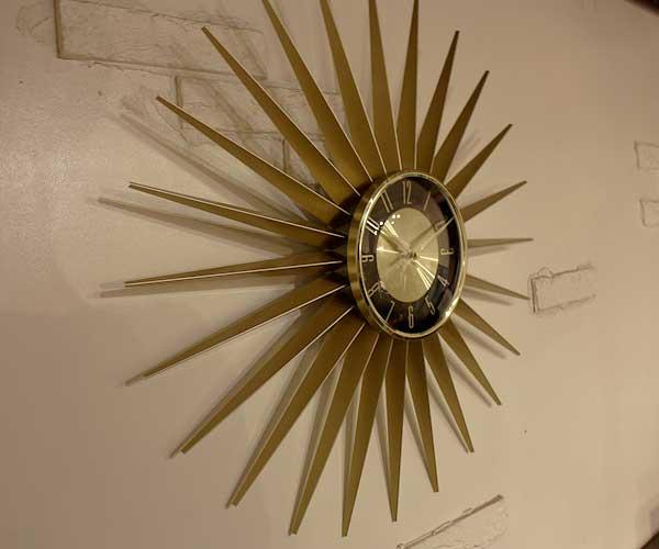 太陽のようなフォルムで存在感抜群の、おしゃれな壁掛け時計