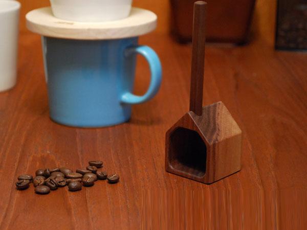 艶のある風合いの、おしゃれな木製のコーヒー計量カップ