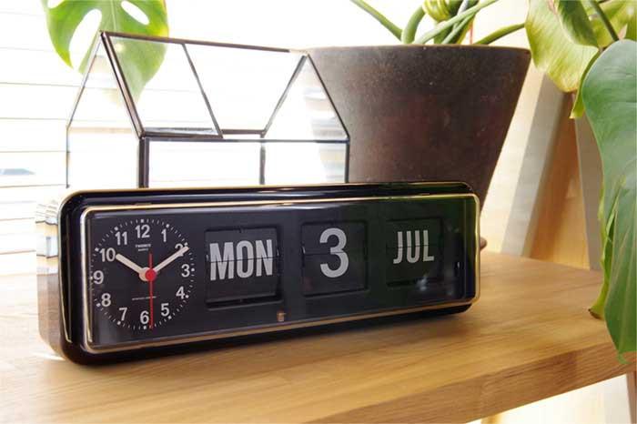 レトロなデザインの、おしゃれなカレンダー付き目覚まし時計