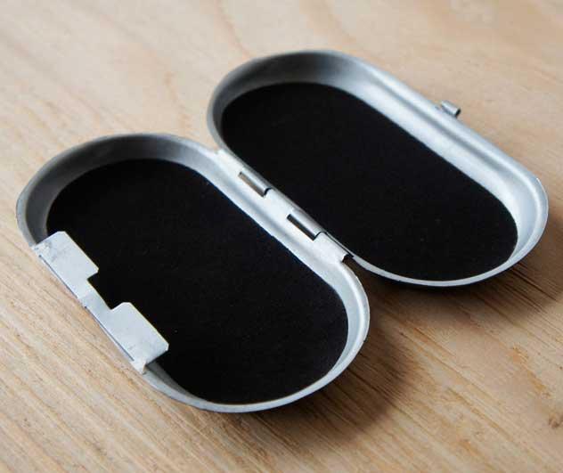 ビンテージ感漂う、おしゃれなスチール素材のメガネケースとピルケース