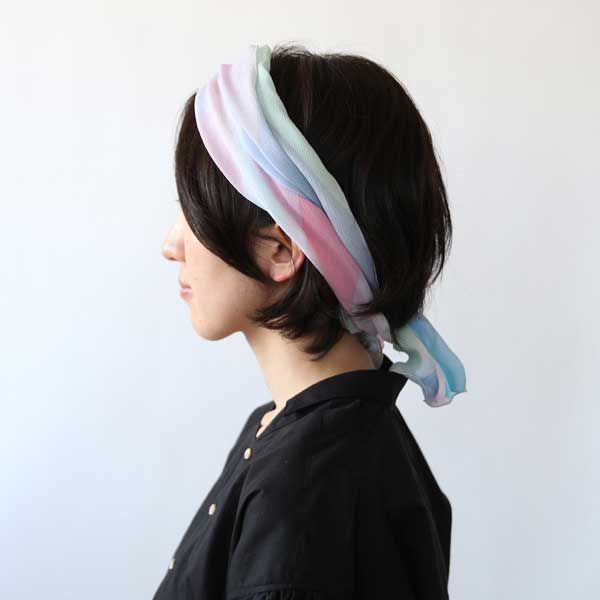 鮮明で美しい色彩、滑らかな感触が特徴の、おしゃれなシルクスカーフ