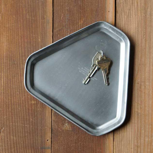 鍵置きやマネートレーなどにおすすめの、おしゃれなスチール製の三角形トレー