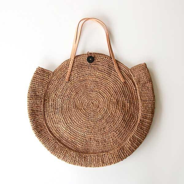 夏の装いにしっくり馴染む、まるく編まれたおしゃれなバッグ