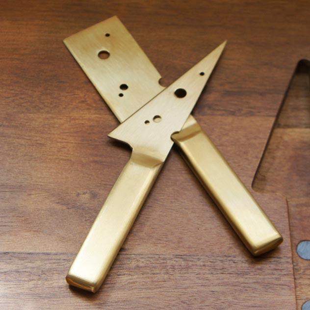 取り分け用のナイフがセットされた、おしゃれなカッティングボード