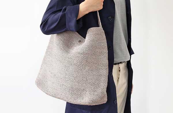 夏のお出かけにピッタリの、手触りが柔らかなおしゃれな肩がけバッグ