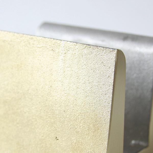 真鍮の重みを活かした、おしゃれなまな板立て