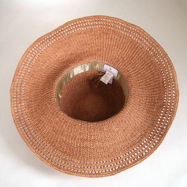 エレガントに装う、おしゃれな夏用の帽子