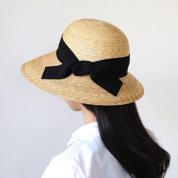 レトロに上品で女性らしい印象の、おしゃれな麦わら帽子