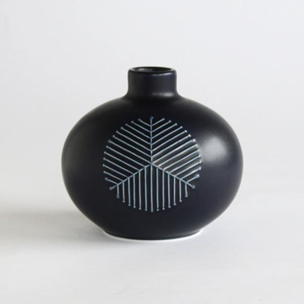 ぽってりとした丸いフォルムが愛らしい、おしゃれな花瓶