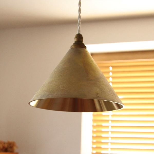 真鍮が放つ味わい深い輝き、おしゃれなペンダントランプ