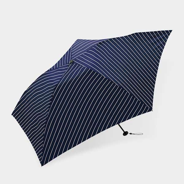 ピンストライプが凛として涼しげな、おしゃれな晴雨兼用の折りたたみ傘
