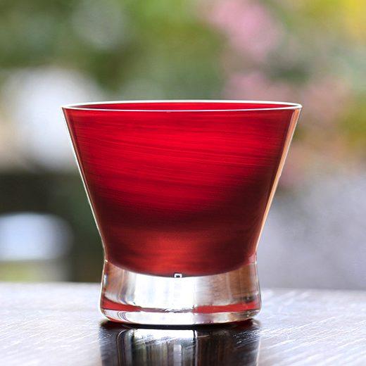 漆とガラスが融合した、おしゃれな朱色のグラス